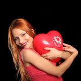 Ung härlig kvinna med stor röd hjärta Royaltyfria Bilder