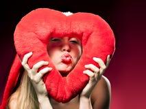 Ung härlig kvinna med stor röd hjärta Fotografering för Bildbyråer