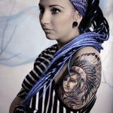 Ung härlig kvinna med tatueringen och dreadlocks Royaltyfri Fotografi