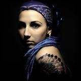 Ung härlig kvinna med tatueringen och dreadlocks Royaltyfri Foto