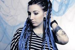 Ung härlig kvinna med tatueringen och dreadlocks Fotografering för Bildbyråer