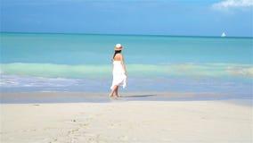 Ung härlig kvinna på den tropiska stranden för vit sand lager videofilmer