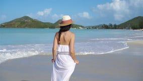 Ung härlig kvinna på den tropiska stranden för vit sand arkivfilmer