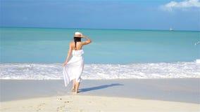 Ung härlig kvinna på den tropiska stranden för vit sand stock video