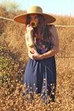 Ung härlig kvinna på ett fält i sommar Tid Royaltyfria Bilder
