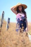 Ung härlig kvinna på ett fält i sommartid Royaltyfri Foto
