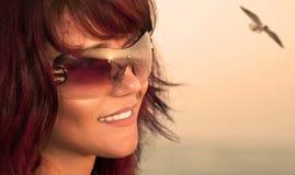 Ung härlig kvinna på stranden. arkivfoton