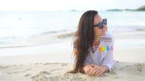 Ung härlig kvinna på stranden under tropisk semester lager videofilmer