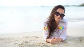 Ung härlig kvinna på stranden under tropisk semester stock video