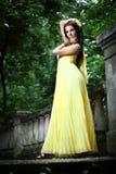 Ung härlig kvinna på trappan royaltyfri bild