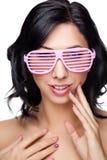 Ung härlig kvinna som bär rosa exponeringsglas Arkivbild