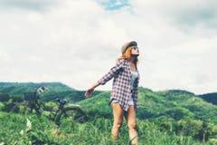 Ung härlig kvinna som bakom tycker om frihet och liv i natur Royaltyfri Fotografi