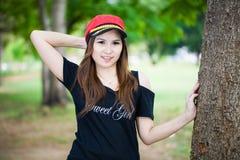 Ung härlig kvinna som blir på naturlig bakgrund Royaltyfria Foton