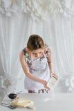Ung härlig kvinna som förbereder hemlagade giffel Royaltyfria Bilder