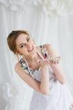 Ung härlig kvinna som förbereder hemlagade giffel Royaltyfria Foton
