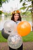 Ung härlig kvinna som firar avläggande av examen på parkera i smäll Royaltyfri Foto
