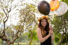 Ung härlig kvinna som firar avläggande av examen på parkera i smäll Royaltyfria Foton