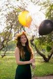Ung härlig kvinna som firar avläggande av examen på parkera i smäll Royaltyfri Fotografi