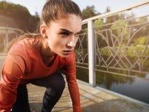 Ung härlig kvinna som gör kondition i en parkera Arkivfoton