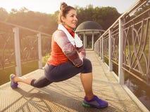 Ung härlig kvinna som gör kondition i en parkera Royaltyfri Fotografi