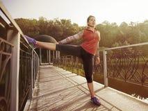 Ung härlig kvinna som gör kondition i en parkera Royaltyfri Foto