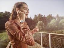 Ung härlig kvinna som gör kondition i en parkera Fotografering för Bildbyråer