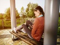 Ung härlig kvinna som gör konditionutbildning med upphängningremmar Royaltyfri Fotografi