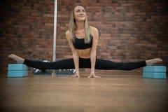 Ung härlig kvinna som gör splittringarna i poldansstudio royaltyfri fotografi