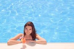 Ung härlig kvinna som kopplar av vid simbassängen med den kalla exotiska coctailen för sommarterritorium för katya krasnodar seme arkivbilder