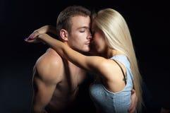Ung härlig kvinna som kramar en man isolerat skott Royaltyfri Fotografi