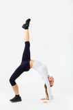 Ung härlig kvinna som poserar i en idrottshalldräkt isolerat Royaltyfri Fotografi