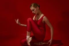 Ung härlig kvinna som poserar i studio royaltyfria foton