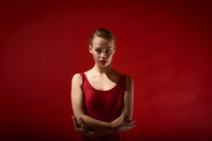 Ung härlig kvinna som poserar i studio royaltyfri bild