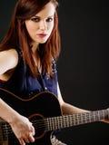 Ung härlig kvinna som spelar den akustiska gitarren Royaltyfria Bilder