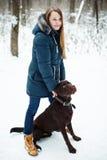 Ung härlig kvinna som spelar med hennes hund Royaltyfri Fotografi