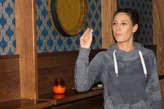 Ung härlig kvinna som spelar pilar i en klubba royaltyfria bilder