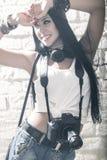 Ung härlig kvinna som tar ett foto med en digital kamera arkivbild