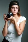 Ung härlig kvinna som tar ett foto med en retro kamera Royaltyfria Foton