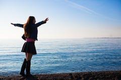 Ung härlig kvinna som tycker om feriespridningen Arkivbilder