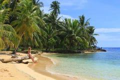 Ung härlig kvinna som tycker om hennes tid och nästan vilar havet Royaltyfri Fotografi