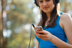 Ung härlig kvinna som tycker om musiken Fotografering för Bildbyråer