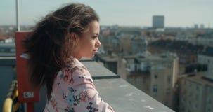Ung härlig kvinna som tycker om tid på ett tak Arkivbild