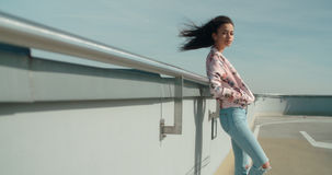 Ung härlig kvinna som tycker om tid på ett tak Arkivfoton