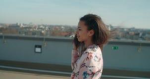 Ung härlig kvinna som tycker om tid på ett tak Royaltyfri Fotografi