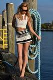 Ung härlig kvinna som tycker om utomhus sommarsolen på fartygmarina Arkivbild