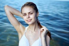 Ung härlig kvinna som vilar medan havet, strand, sommar, sol, semester Arkivfoto