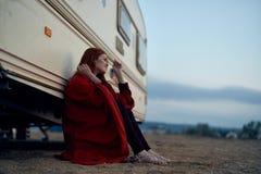 Ung härlig kvinna som vilar medan havet, strand, sommar, sol, semester Arkivbild