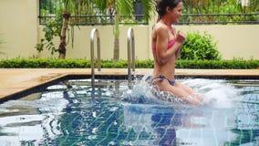 Ung härlig kvinnabanhoppning in i simbassäng i ultrarapid 1920x1080 lager videofilmer