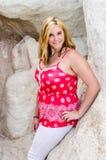 Ung härlig kvinnaflicka i berg Arkivfoton