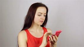Ung härlig kvinnahand som skriver SMS som smsar på smartphonen arkivfilmer